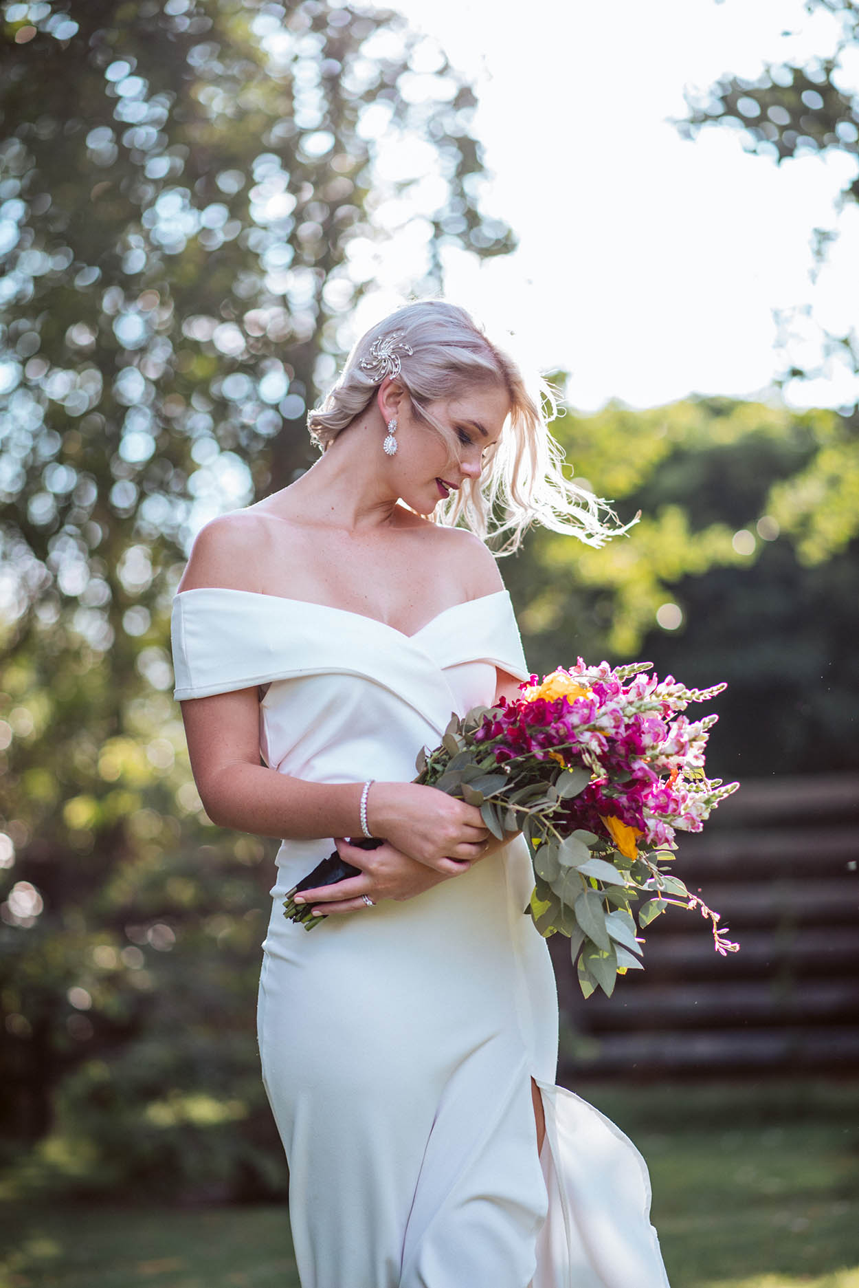 bride holding flowers by Bloemfontein wedding Photographer Mudboots Photography