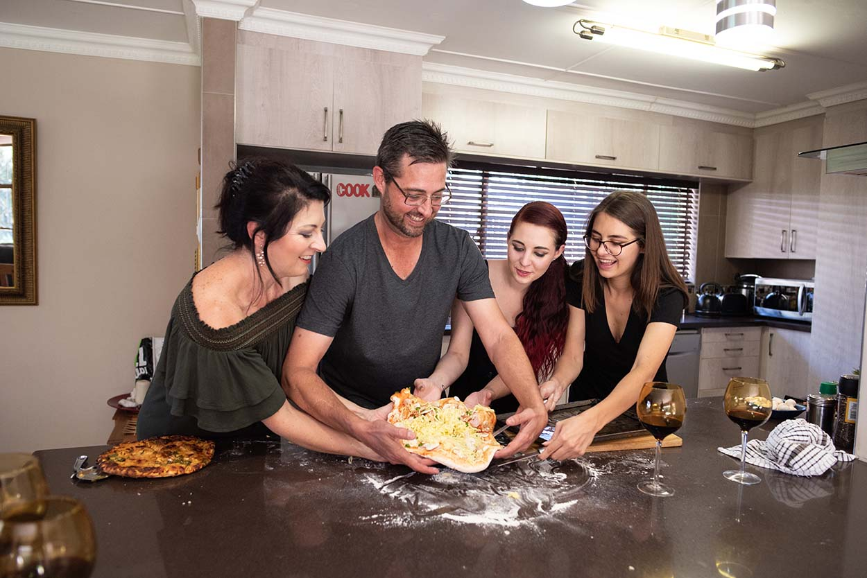 gesin fotos family photos vermeulen. Lifestyle photos taken of family making pizza in Bloemfontein by Mudboots Photography