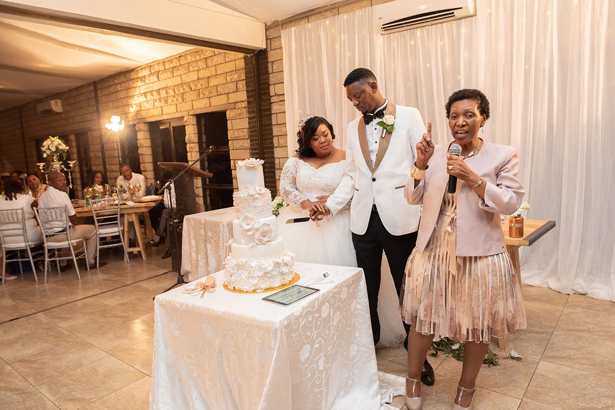 cutting of cake at bloemfontein wedding
